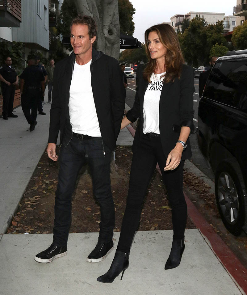Cindy Crawford in weißem T-Shirt.